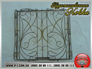 Оконные кованые решетки и входные двери защитят от мародеров.